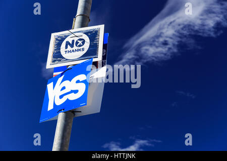 Scottish independence referendum 2014: yes/no signs displayed on a lamp post in Nairn. - Stock Photo