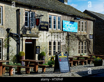 The Red Lion pub, Burnsall, Wharfedale, Yorkshire Dales National Park, North Yorkshire, England UK - Stock Photo