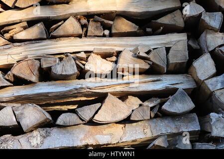 Kaminholz Brennholz aufgestapelt