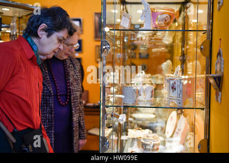 London, UK. 15th Mar, 2017. Vistors view china in a glass cabinet at The Chelsea Antiques Fair which opened at the - Stock Photo