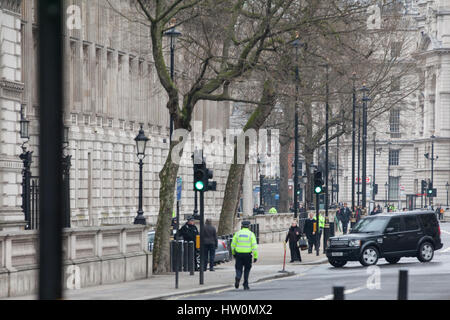 London, UK. 23rd Mar, 2017. The Prime Minister's vehicle arrives at Downing Street. The area around Whitehall and - Stock Photo