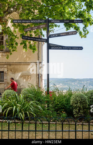 Signpost at a viewing point in Grasse showing distances in kilometres to towns in other countries and continents. - Stock Photo