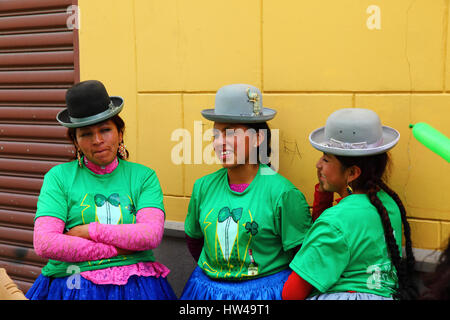 La Paz, Bolivia, 17th March 2017. Local girls called cholitas wearing traditional bowler hats wait for the start - Stock Photo