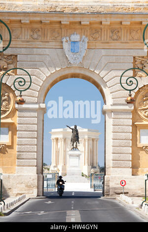 The Arc de Triomphe and statue of Louis XIV, Rue Foch, Montpellier in Languedoc-Roussilon, France. - Stock Photo