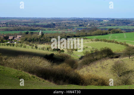 The view from Ivinghoe Hills across the Vale of Aylesbury to Mentmore Towers - Stock Photo
