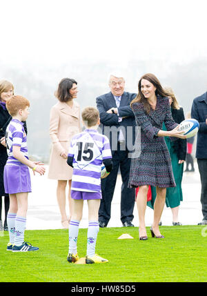 Paris, France. 18th Mar, 2017. Princess Kate, Duchess of Cambridge at Trocadero, on March 18, 2017, meet local school - Stock Photo