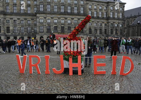 Amsterdam, Netherlands. 18th March 2017. Syrians pose at a number 6 made from flowers and the word 'Freedom'. Syrians - Stock Photo