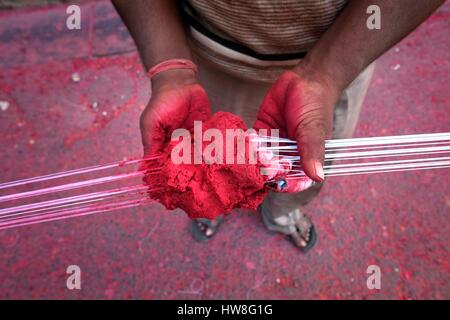 India, Gujarat State, Ahmedabad, listed as World Heritage by UNESCO, dyeing cloth in the street - Stock Photo