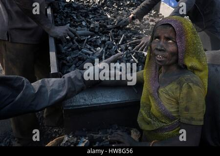 India, Gujarat State, Ahmedabad, listed as World Heritage by UNESCO, workers, mainly women, working in a coal factory - Stock Photo