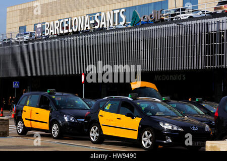 Taxi's waiting for fares outside Barcelona Sants railway station, Barcelona, Catalunya, Spain - Stock Photo