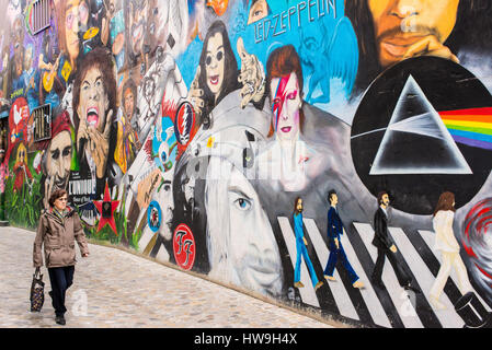 The wall shows portraits of rock stars like Janis Joplin, Keith Richard, Mick Jagger, Morrison and the Doors, Jimy Hendrix, The Who, Pearl Jam, Dave G