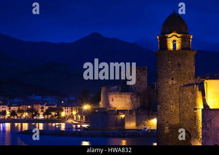 France, Pyrennes Orientales, Vermillion Coast Area, Collioure, Chateau Royal and Eglise Notre Dame des Anges, evening - Stock Photo
