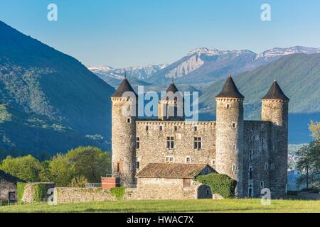 France, Isere, Jarrie, Bon Repos castle, a 15th century stronghold house, Vercors massif in the background - Stock Photo