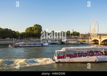 France, Paris, area listed as World Heritage by UNESCO, riverboat passing under the Pont de la Concorde and the - Stock Photo