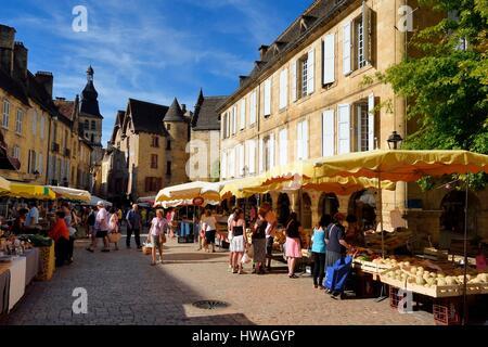 France, Dordogne, Perigord Noir, Dordogne valley, Sarlat la Caneda, market day on place de la Liberté in the old - Stock Photo