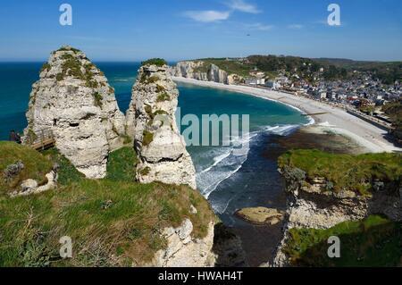 France, Seine-Maritime, Pays de Caux, Alabaster Coast (Cote d'Albatre), Etretat, the beach and Amont cliff (falaise - Stock Photo