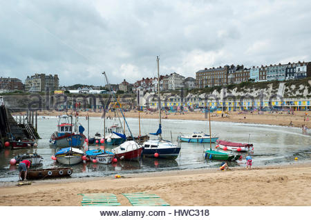 Families in the summer sunshine on Viking Beach, Broadstairs, Kent, England - Stock Photo