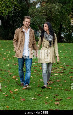 A young, verlliebtes pair in a park, Ein junges, verlliebtes Paar in einem Park - Stock Photo