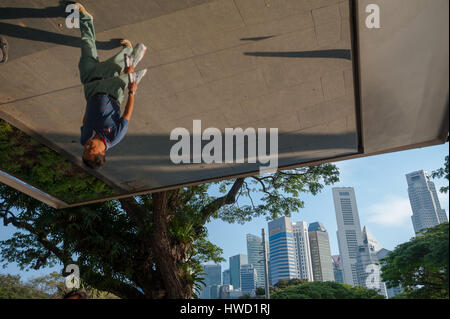 23.09.2016, Singapore, Republic of Singapore - A street scene along Esplanade Park with the skyscrapers of the financial - Stock Photo