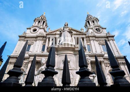 Statue of Queen Anne outside St Paul's Cathedral, London - Stock Photo
