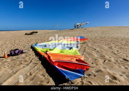 NC00724-00...NORTH CAROLINA - Hang gliders on the sand dunes at Jockey's Ridge State park in Nags Head sectiom of - Stock Photo