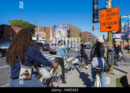 Canada, Quebec province, Montreal, Notre-Dame-de-Grâce neighborhood. Rue Sherbrooke, youth in bicycle, mural by - Stock Photo