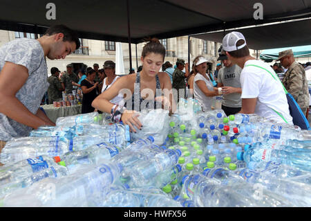 Lima, Peru. 20th Mar, 2017. People receive donations for flood victims in Lima, Peru, on March 20, 2017. Peru's - Stock Photo