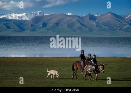 Kyrgyzstan, Naryn province, Lake Song Kol or Son Koul, semi-nomads set up their yurt camps for the short summer - Stock Photo
