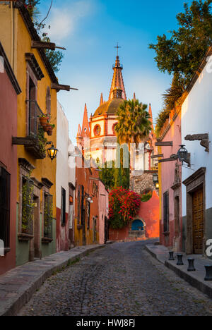 Picturesque scene in the historic center of San Miguel de Allende, exico ------ San Miguel de Allende is a city - Stock Photo