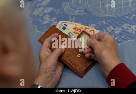 Frau, Portemonnaie, Rente, Geld - Stock Photo