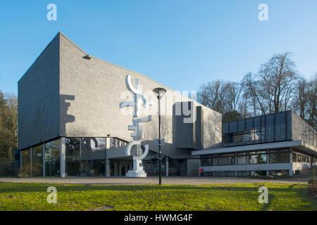 Deutschland, Nordrhein-Westfalen, Detmold, Konzerthaus der Hochschule für Musik mit Skulptur von Karl Ehlers - Stock Photo