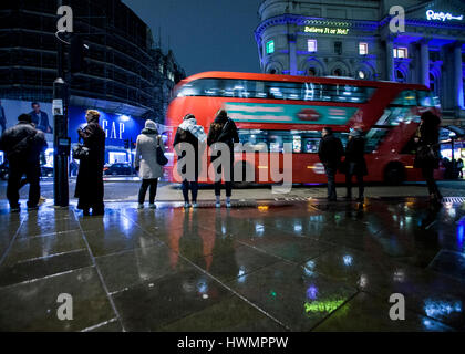 london bus at night in the rain piccadilly circus london - Stock Photo