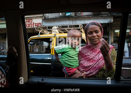 India, Maharashtra State, Mumbai or Bombay, a woman with child begging in the Mumbai traffic, Stock Photo