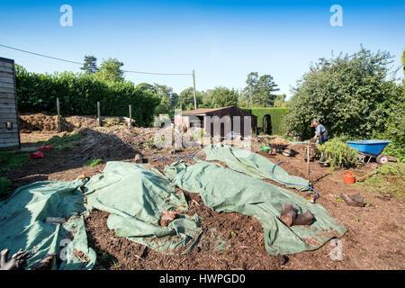 The Land Gardeners Henrietta Courtauld and Bridget Elworthy making compost at Wardington Manor near Banbury, Oxfordshire - Stock Photo