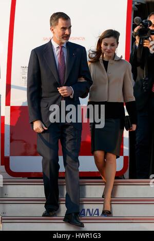 Tokyo, Japan. 4th Apr, 2017. Spain's King Felipe VI and his wife Letizia arrive at Tokyo International Airport VIP - Stock Photo