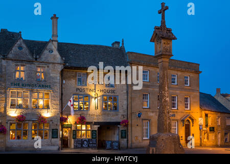 English Civil War Memorial in Market Square with The Kings Arms Pub and Hotel beyond, Stow-On-The-Wold, Gloucestershire, - Stock Photo