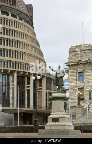 Richard John Seddon statue at the Parliament House and Beehive, Wellington, New Zealand - Stock Photo