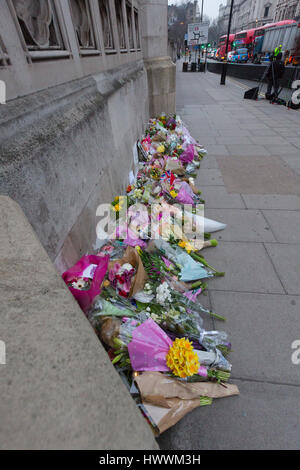 London, UK. 24th March 2017. Flowers are placed on Westminster Bridge outside the Palace of Westminster in central - Stock Photo