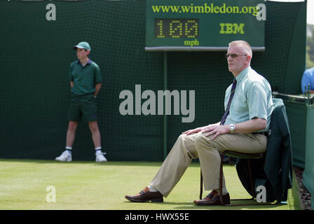LINE JUDGE & BALL BOY WIMBLEDON CHAMPIONSHIPS 2005 WIMBLEDON LONDON ENGLAND 20 June 2005 - Stock Photo
