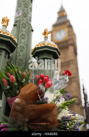 London, UK. 24th March, 2017. Westminster terror attack in central London.  Floral tributes to the victims are seen - Stock Photo