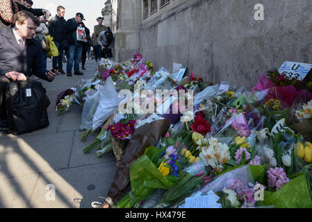 London, UK.  24 March 2017.  Floral tributes are laid out in front of the Houses of Parliament following the terrorist - Stock Photo