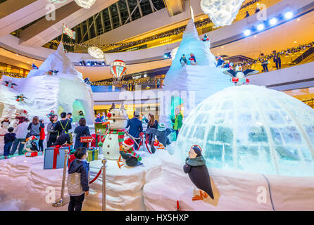 Hong Kong, China - December 2, 2016: The surprise of an amazed child watching the big ice sculptures with festive - Stock Photo