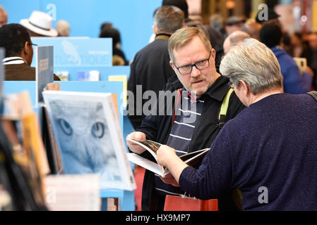Paris, France. 25th Mar, 2017. Visitors browse a book during the 37th Paris Book Fair in Pairs, France, on March - Stock Photo