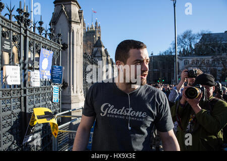 London, UK. 25th March, 2017. A man in favour of Brexit confronts a female pro-EU demonstrator following the March - Stock Photo