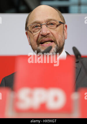 Berlin, Germany. 26th Mar, 2017. Martin Schulz, chairman and chancellor candidate of Germany's Social Democratic Party (SPD), delivers remarks after the Saarland state elections, in Berlin, Germany, 26 March 2017. Photo: Kay Nietfeld/dpa/Alamy Live News