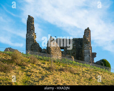 Wispy clouds and blue sky above the historic remainds of Corfe Castle, Corfe Castle, Dorset, UK - Stock Photo