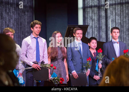Commerce Township, Michigan - High school students are applauded for raising funds for children affected by war - Stock Photo