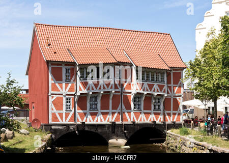 'The half-timbered house ''Vault'' by the small river fresh pit in Wismar, The old house, ''vault'' At the small - Stock Photo