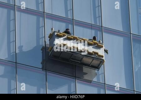 London, UK. 28th March 2017. Window Cleaners spruce up The Shard. : Credit claire doherty Alamy/Live News. - Stock Photo