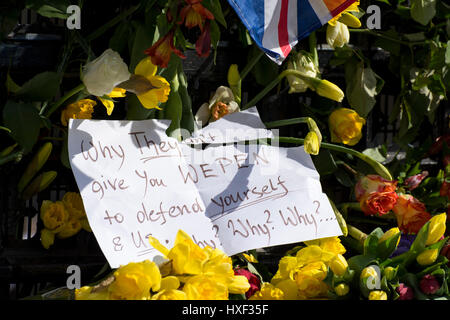 Note left on the flowers referring to PC Keith Palmer and met police officers: 'Why they won't give you wepen to - Stock Photo